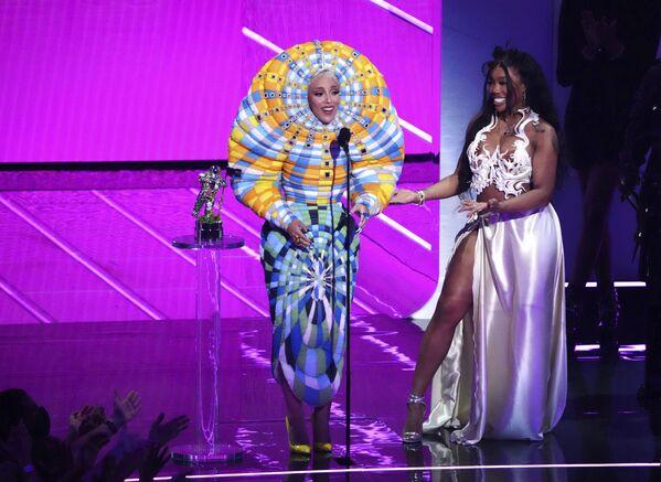 Певицы Doja Cat и SZA принимают награду за лучшее сотрудничество для Kiss Me More на церемонии MTV Video Music Awards в Barclays Center в Нью-Йорке. - Sputnik Азербайджан