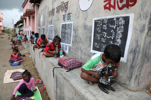 Дети на уроке под открытым небом после закрытия школ из-за COVID-19, Индия. - Sputnik Азербайджан