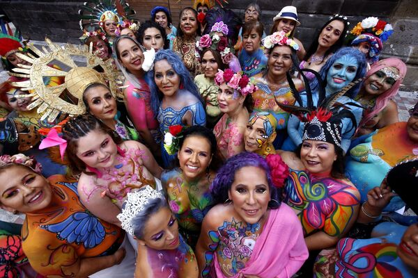 Женщины, пострадавшие от рака груди, во время пятого выпуска «Мазок на всю жизнь» в Гвадалахаре, Мексика. - Sputnik Азербайджан