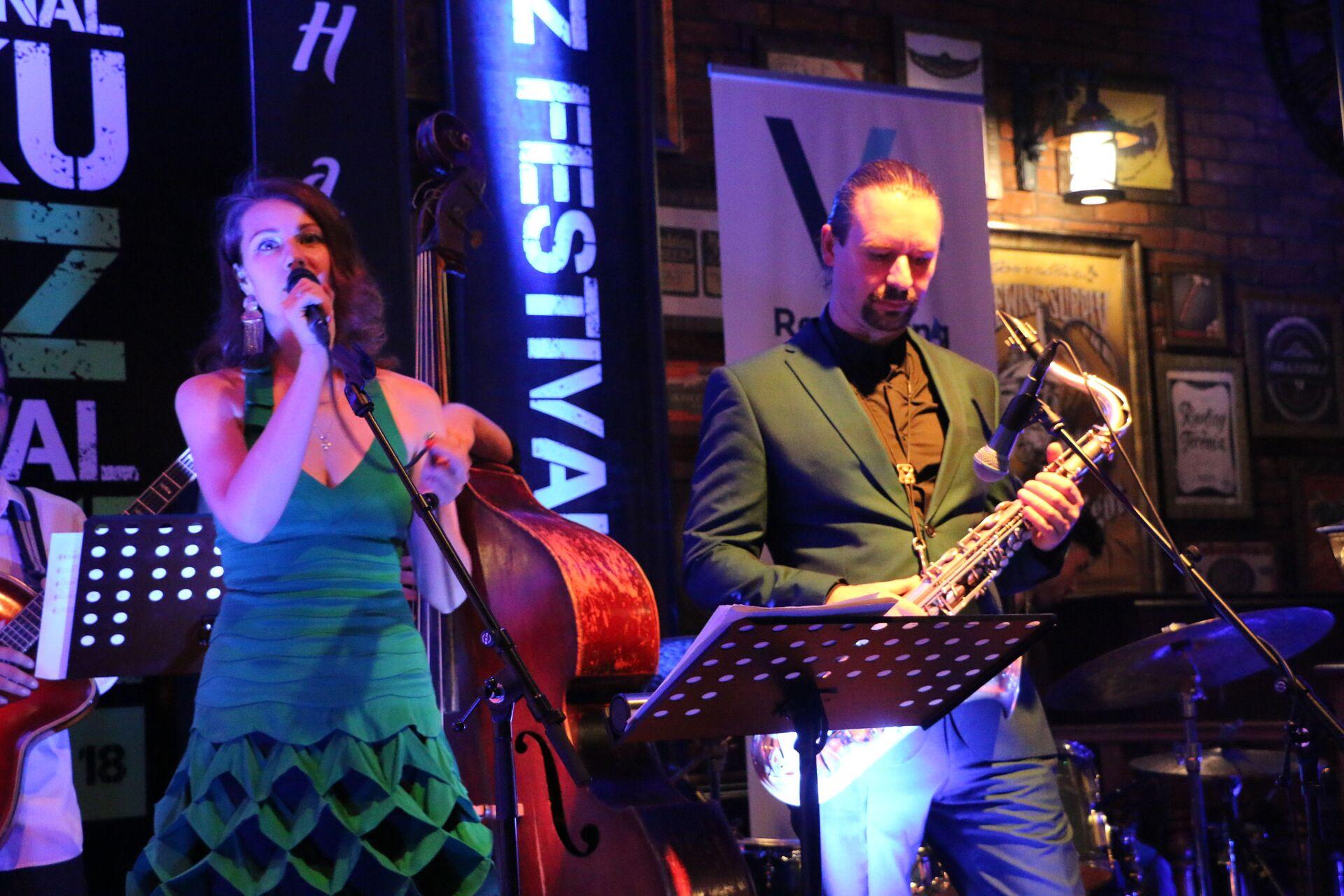 Российская джазовая певица Анна Кашина вместе со своим проектом Jazz du Soleil выступила на Бакинском джаз-фестивале - Sputnik Азербайджан, 1920, 01.10.2021