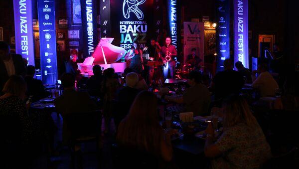 Российская джазовая певица Анна Кашина вместе со своим проектом Jazz du Soleil выступила на Бакинском джаз-фестивале - Sputnik Азербайджан