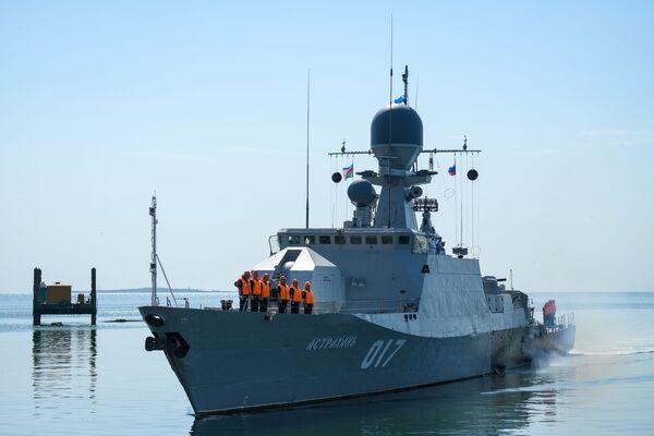 Корабль Астрахань  Военно-морского флота Российской Федерации в бакинской бухте. - Sputnik Azərbaycan