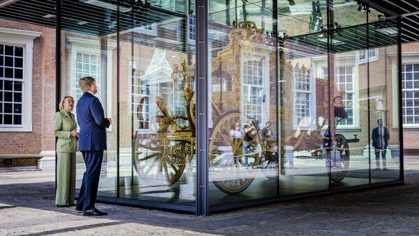 Король Виллем-Александр смотрит на Золотую Карету в музее Амстердама - Sputnik Азербайджан
