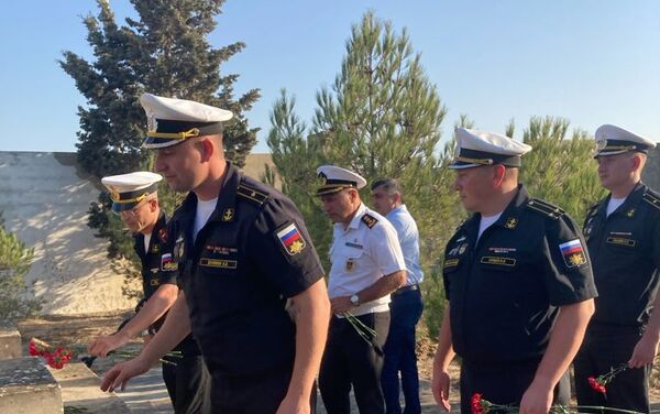 Делегация Военно-морского флота Российской Федерации у памятника морякам, погибшим в результате затопления судна «Куба»  - Sputnik Azərbaycan