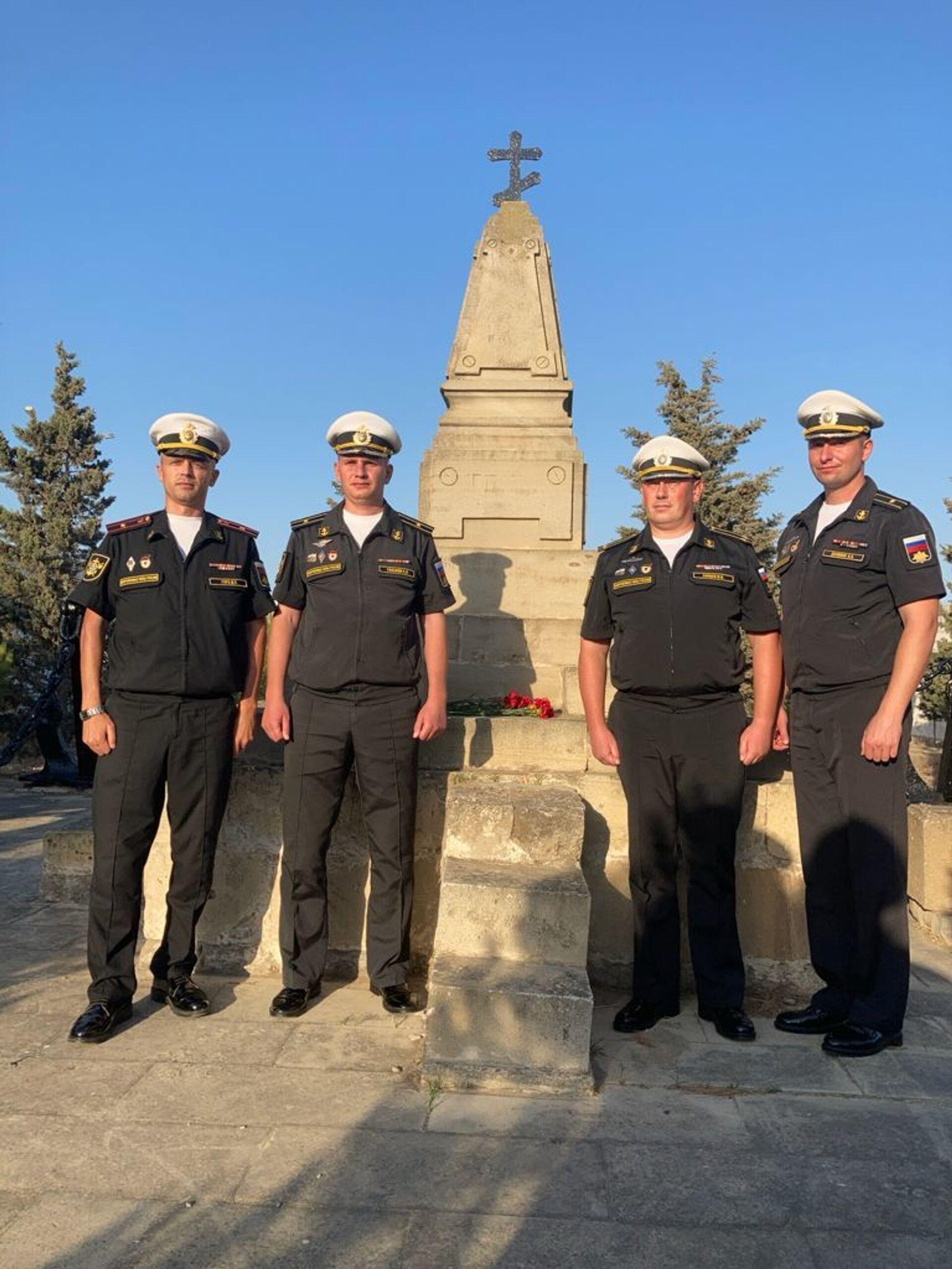 Делегация Военно-морского флота Российской Федерации у памятника морякам, погибшим в результате затопления судна «Куба»  - Sputnik Azərbaycan, 1920, 01.10.2021