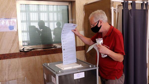 Как в Баку голосуют на выборах в Госдуму - видео - Sputnik Азербайджан