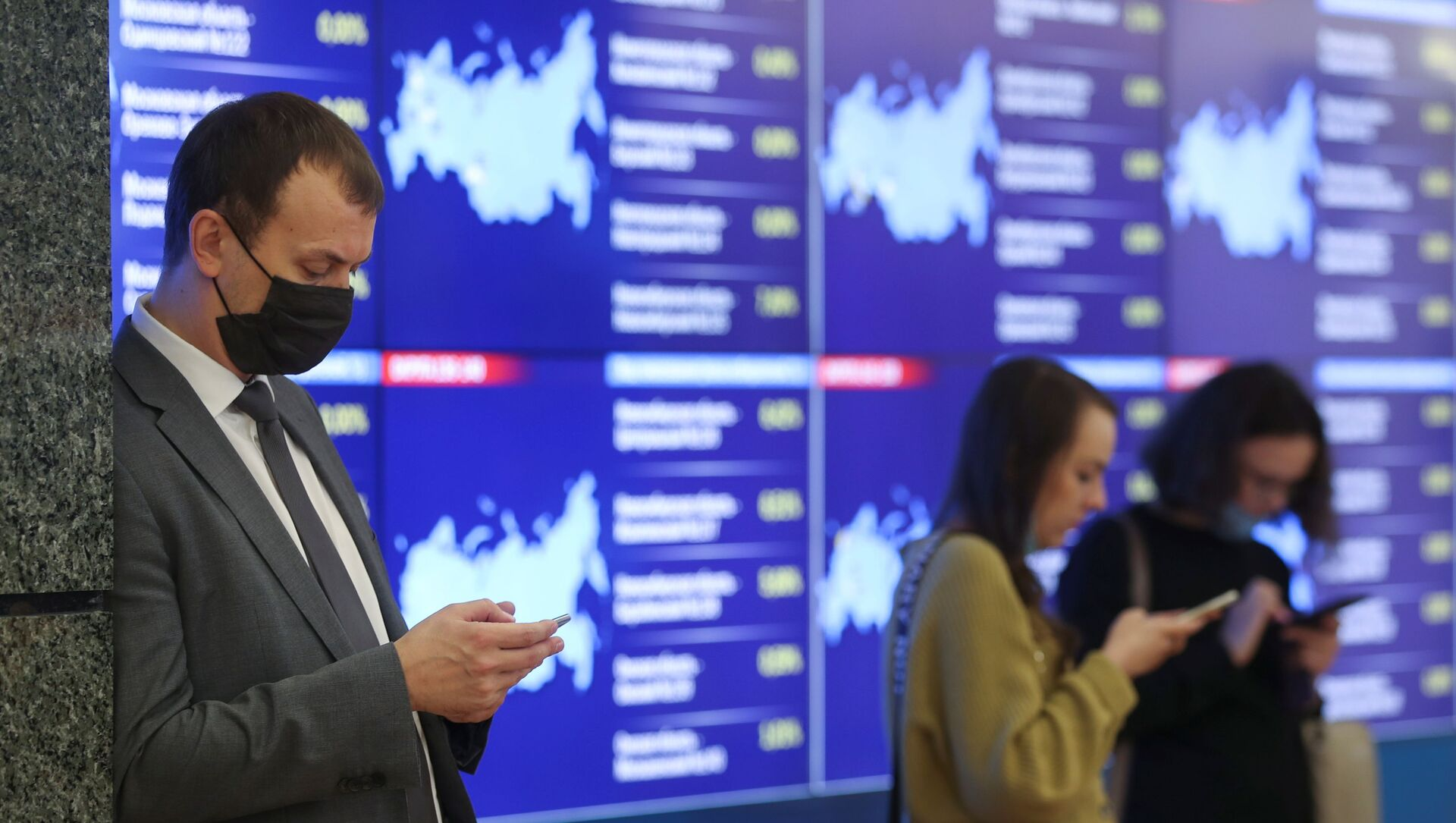 В информационном центре Центральной избирательной комиссии РФ в Москве в Единый день голосования в субъектах Российской Федерации - Sputnik Azərbaycan, 1920, 19.09.2021
