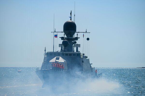 Судно ВМФ России Астрахань Военно-морского флота Российской Федерации в бакинской бухте. - Sputnik Азербайджан