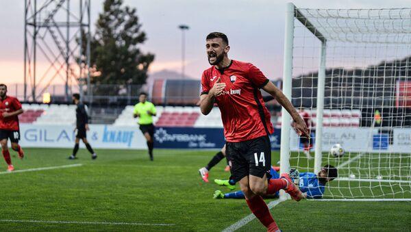 Футболист ФК Габала Ульви Искандеров празднует забитый в ворота команды Сабаиль гол - Sputnik Азербайджан