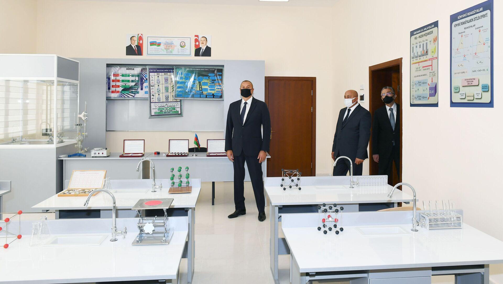 Президент Ильхам Алиев ознакомился с условиями, созданными в полной средней школе номер 71 Сабунчинского района - Sputnik Азербайджан, 1920, 21.09.2021