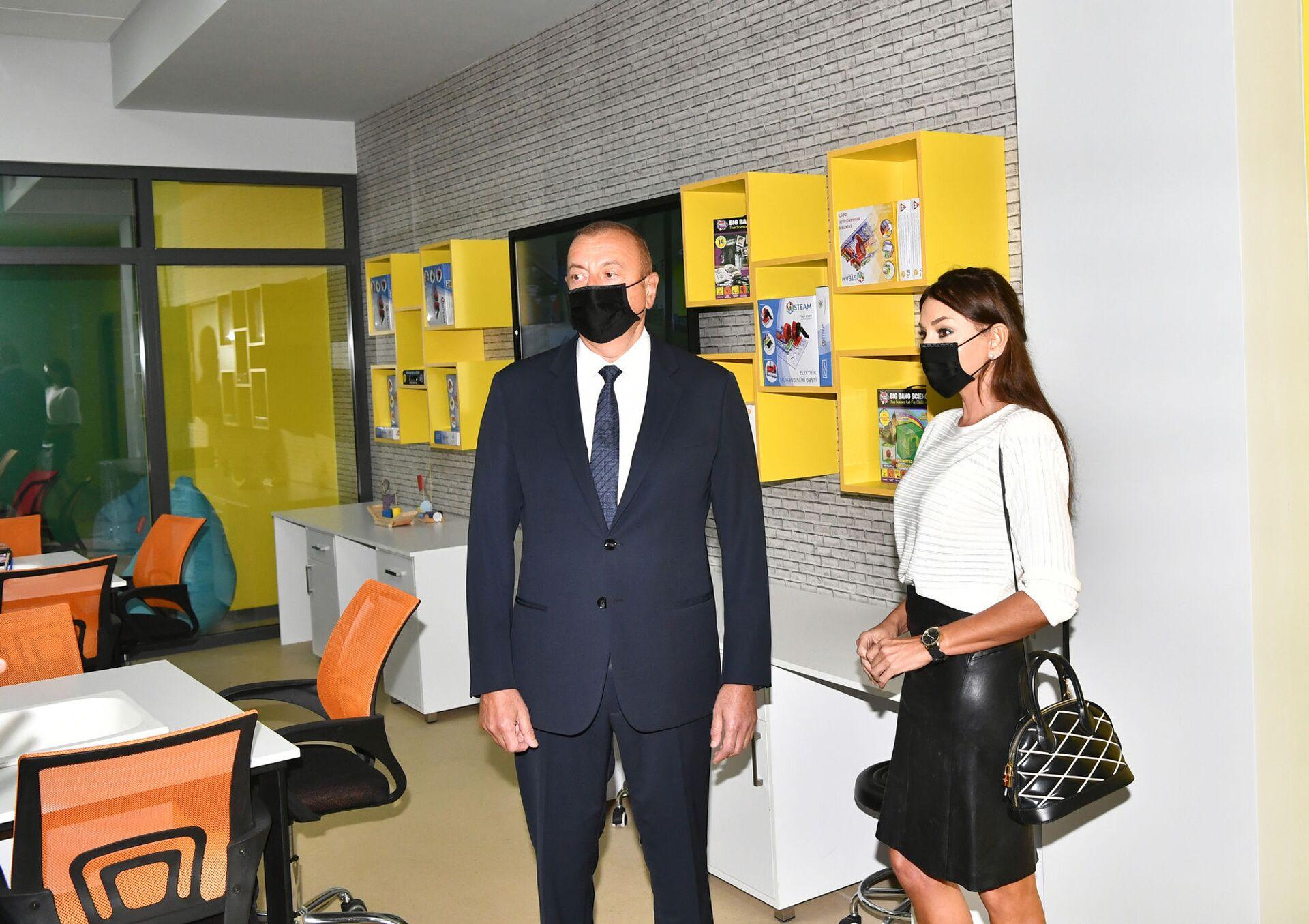 Президент Азербайджана Ильхам Алиев и Первый вице-президент Мехрибан Алиева приняли участие в открытии нового здания Бакинского Европейского лицея - Sputnik Азербайджан, 1920, 01.10.2021