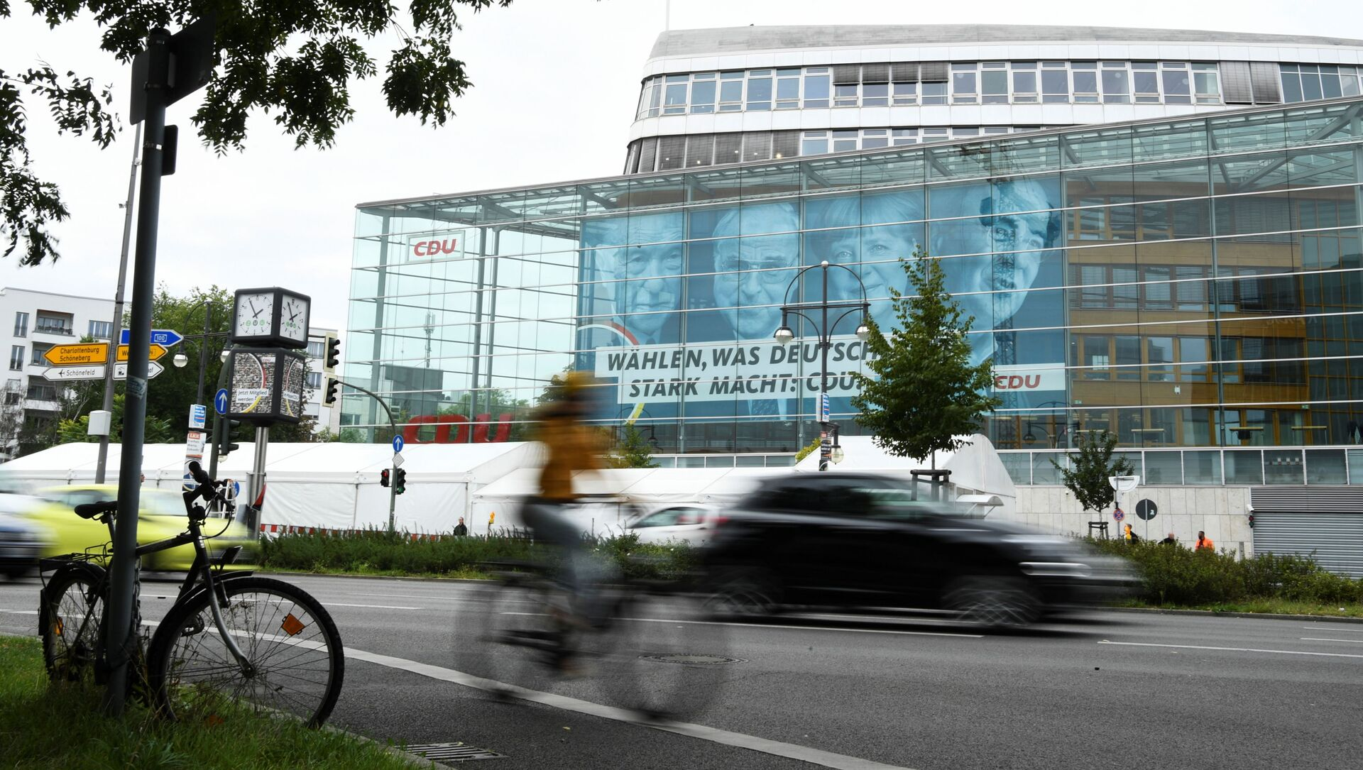 Плакат предвыборной кампании с изображением бывших канцлеров Конрада Аденауэра, Гельмута Коля, действующего канцлера Ангелы Меркель и кандидата в канцлеры Армина Лашета вместе с надписью «Голосуйте за то, что делает Германию сильной» - Sputnik Азербайджан, 1920, 21.09.2021