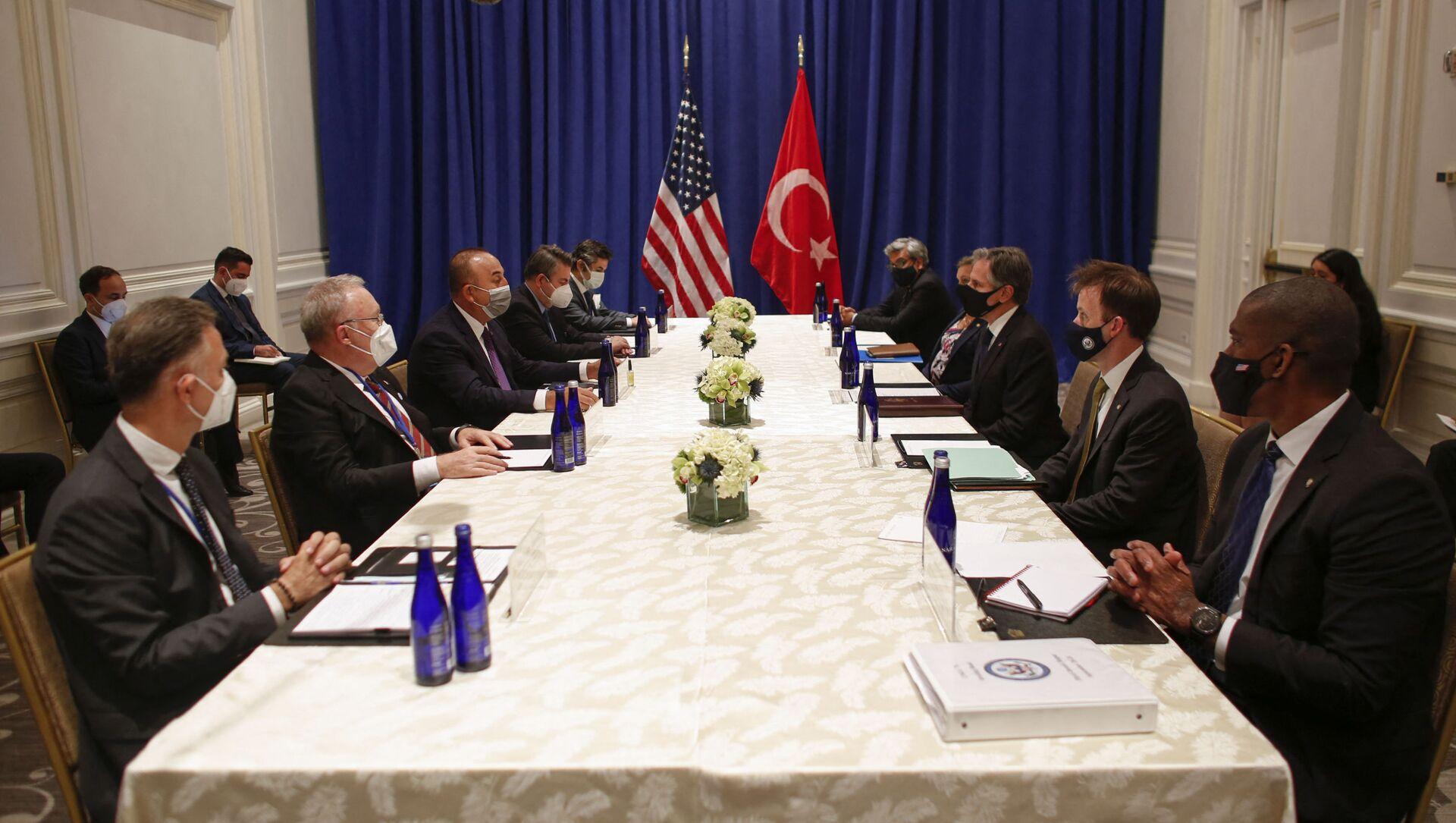 Госсекретарь США Энтони Блинкен (третий справа) и министр иностранных дел Турции Мевлют Чавушоглу во время встречи - Sputnik Azərbaycan, 1920, 22.09.2021