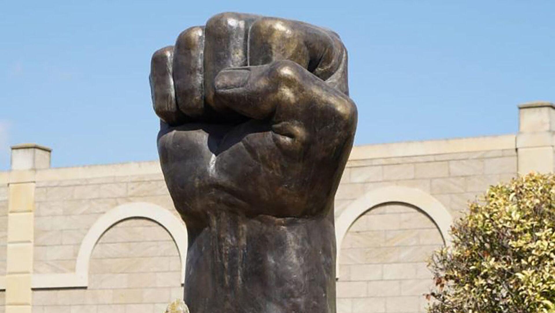 """Памятник"""" Железный кулак» - Sputnik Азербайджан, 1920, 22.09.2021"""