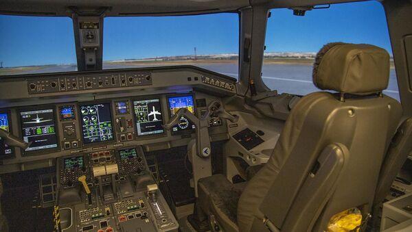 Тренажерный комплекс для симулирования полетов на самолетах типа Embraer E-190 - Sputnik Азербайджан