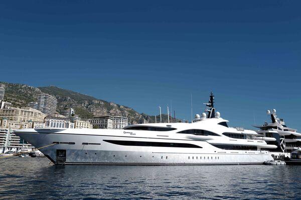 Яхта, пришвартованная в порту Геркулес в Монако во время 30-й Международной выставки яхт Monaco Yacht Show. - Sputnik Азербайджан