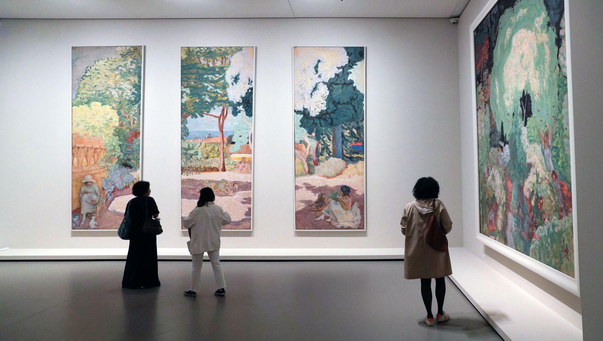 Посетители смотрят на картины французского художника Пьера Боннара во время пресс-показа выставки коллекции братьев Морозовых в Париже - Sputnik Азербайджан, 1920, 23.09.2021