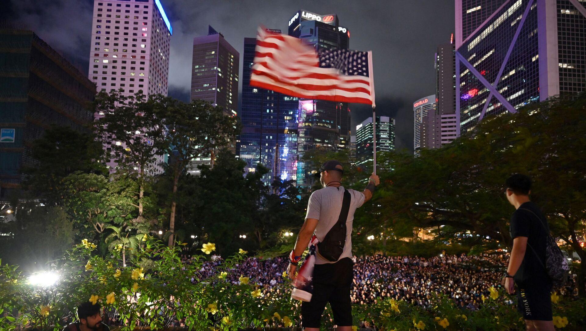 Человек с флагом США в Гонконге, фото из архива - Sputnik Азербайджан, 1920, 24.09.2021