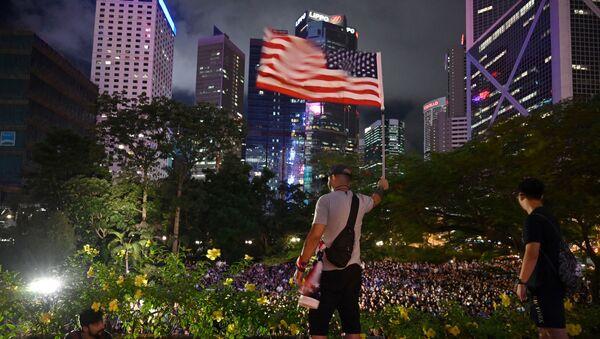 Человек с флагом США в Гонконге, фото из архива - Sputnik Азербайджан