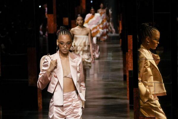 Коллекция Fendi во время Миланской недели моды, Италия. - Sputnik Азербайджан