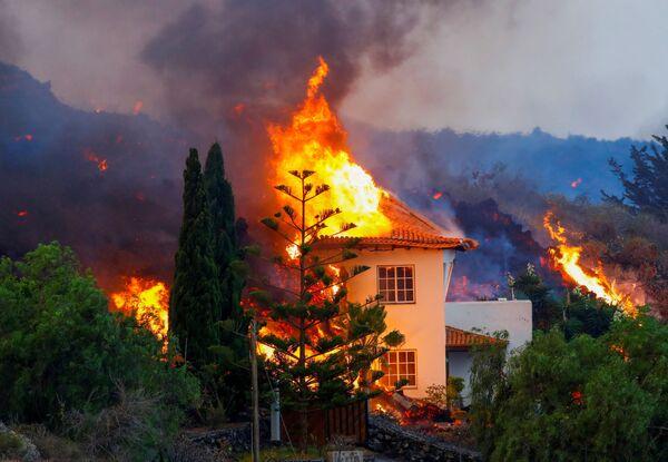 Дом горит из-за лавы в результате извержения вулкана на Канарском острове Ла Пальма. - Sputnik Азербайджан