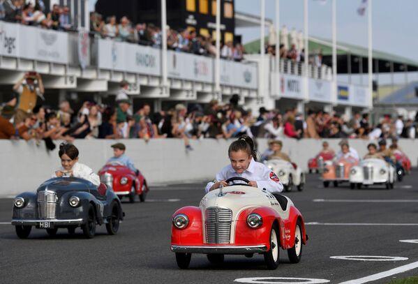 Дети принимают участие в фестивале исторических автомобильных гонок в Гудвуде, Великобритания. - Sputnik Азербайджан