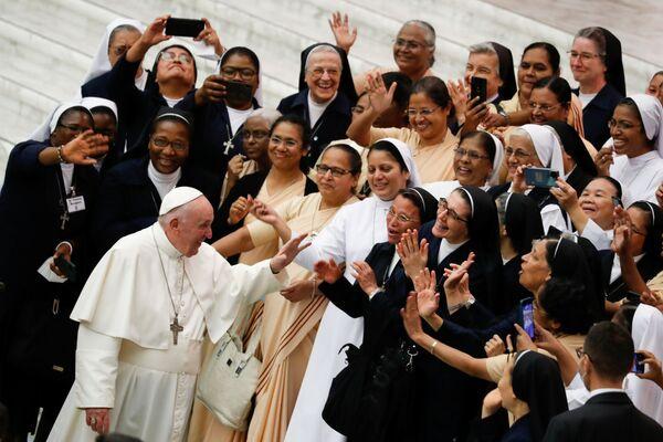 Папа Франциск приветствует людей в Ватикане. - Sputnik Азербайджан