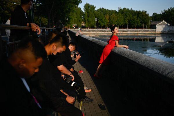 Женщина позирует для фото в Запретном городе в Пекине, Китай. - Sputnik Азербайджан