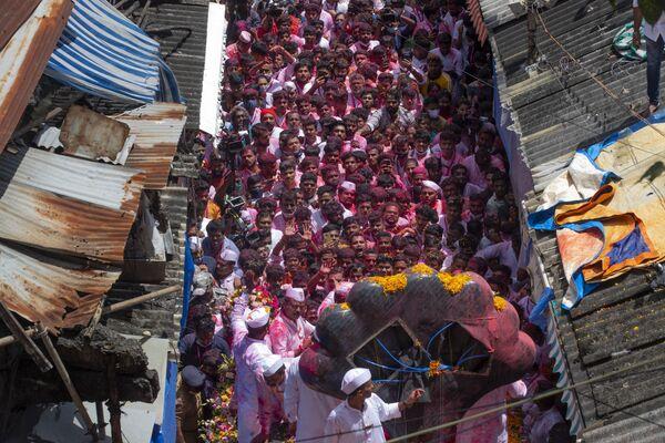 Участники фестиваля Ганеша-чатуртхи в Мумбаи, Индия. - Sputnik Азербайджан