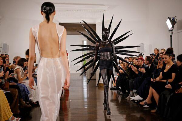 Модный показ Fashion East в рамках Лондонской недели моды в Лондоне, Великобритания. - Sputnik Азербайджан