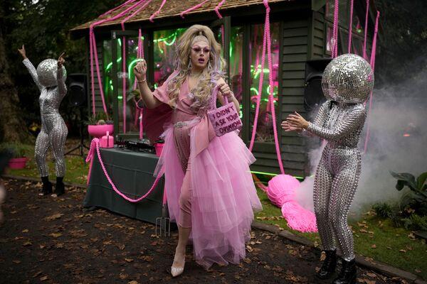 Королева-садовница Дейзи танцует рядом с артистами на Цветочном шоу Челси в Лондоне. - Sputnik Азербайджан