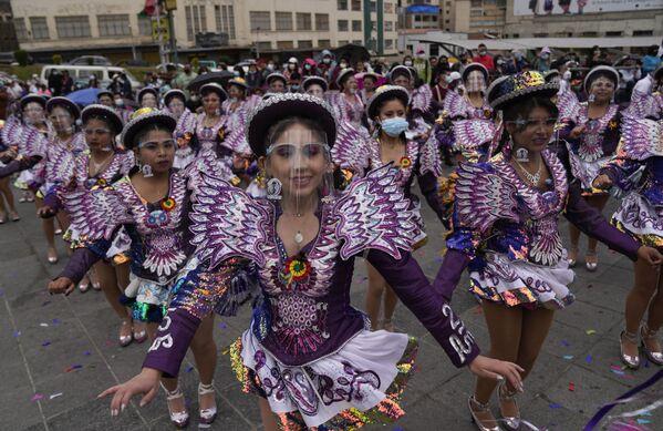 Танцоры во время празднования фестиваля Эль Капорал в Ла-Пасе, Боливия. - Sputnik Азербайджан