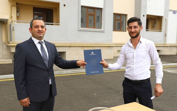 Dövlət uşaq müəssisələrinin məzunlarından  daha bir qrupuna mənzillər verildi - Sputnik Азербайджан