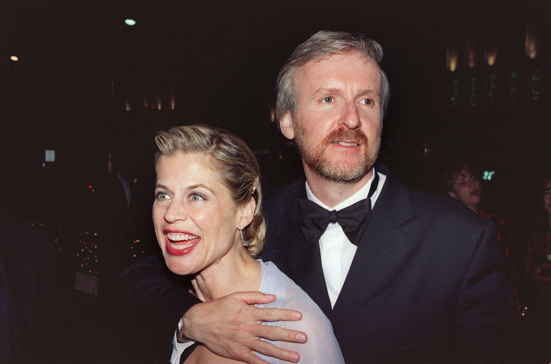 Режиссер Джеймс Кэмерон (слева) и его жена, актриса Линда Хэмилтон на Губернаторском балу после 70-й ежегодной премии Оскар, 23 марта 1998 года в Лос-Анджелесе - Sputnik Азербайджан, 1920, 01.10.2021