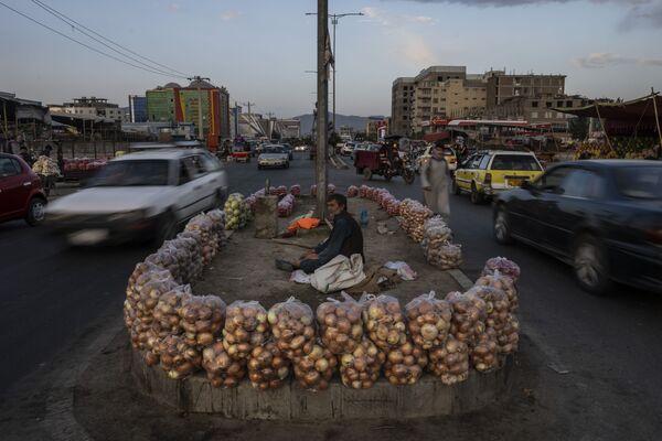 Афганец продает фрукты на улице в Кабуле, Афганистан. - Sputnik Азербайджан