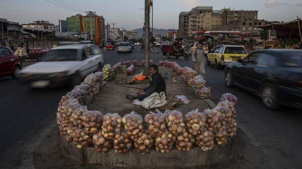 Афганец продает фрукты на улице в Кабуле, Афганистан - Sputnik Азербайджан