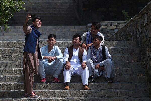 Люди делают селфи в парке Кабула. - Sputnik Азербайджан