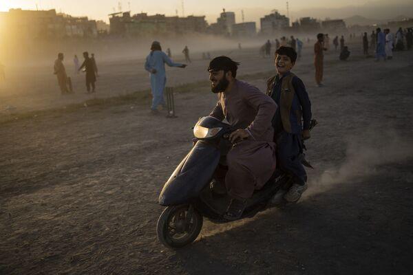 Афганцы катаются на скутере в парке Чаман-э-Хозари в Кабуле. - Sputnik Азербайджан