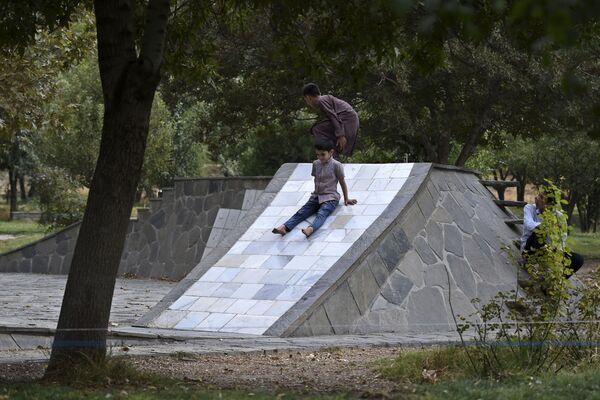 Дети играют в одном из парков Кабула. - Sputnik Азербайджан