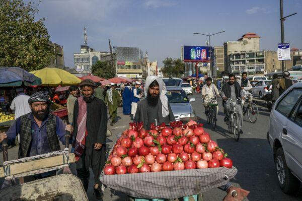 Продавец гранатов на рынке в Кабуле. - Sputnik Азербайджан