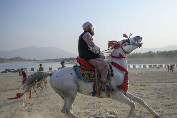 Член Талибана на лошади у водохранилища Каргха в Кабуле. - Sputnik Азербайджан