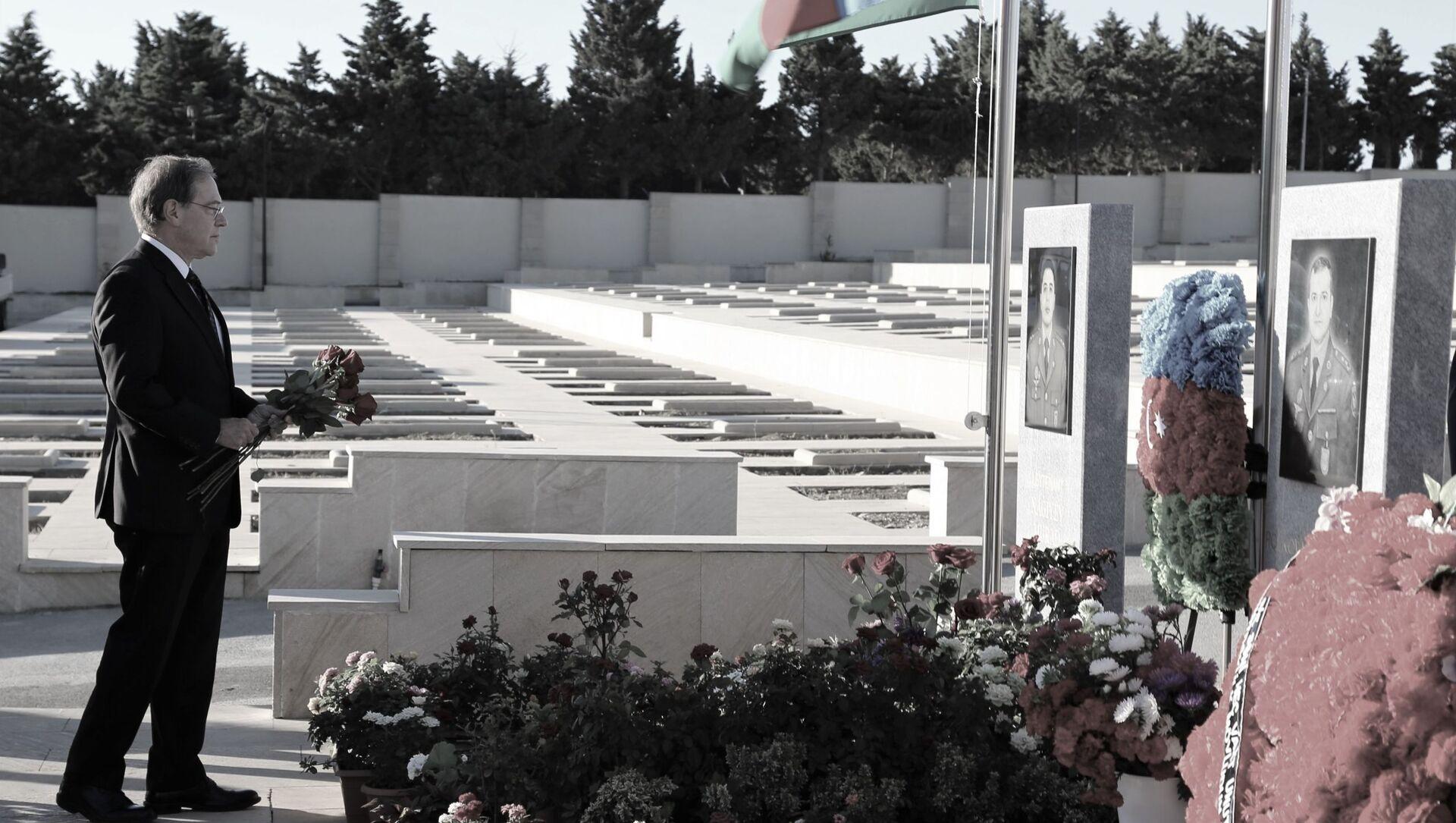 Посол США в Азербайджане Ли Литценбергер почтил память шехидов, отдавших жизнь в войне в Карабахе - Sputnik Азербайджан, 1920, 27.09.2021