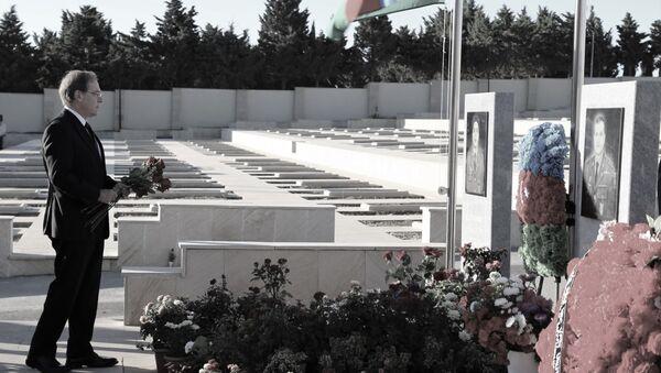Посол США в Азербайджане Ли Литценбергер почтил память шехидов, отдавших жизнь в войне в Карабахе - Sputnik Азербайджан