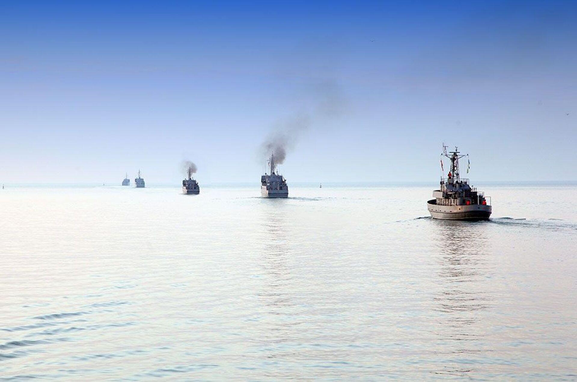 По случаю Дня памяти военные корабли произвели залповый огонь - Sputnik Азербайджан, 1920, 01.10.2021