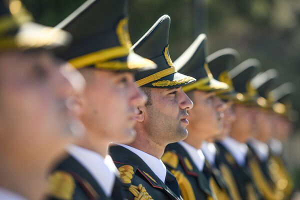 На Второй аллее почетного захоронения во время церемонии по случаю Дня памяти. - Sputnik Азербайджан