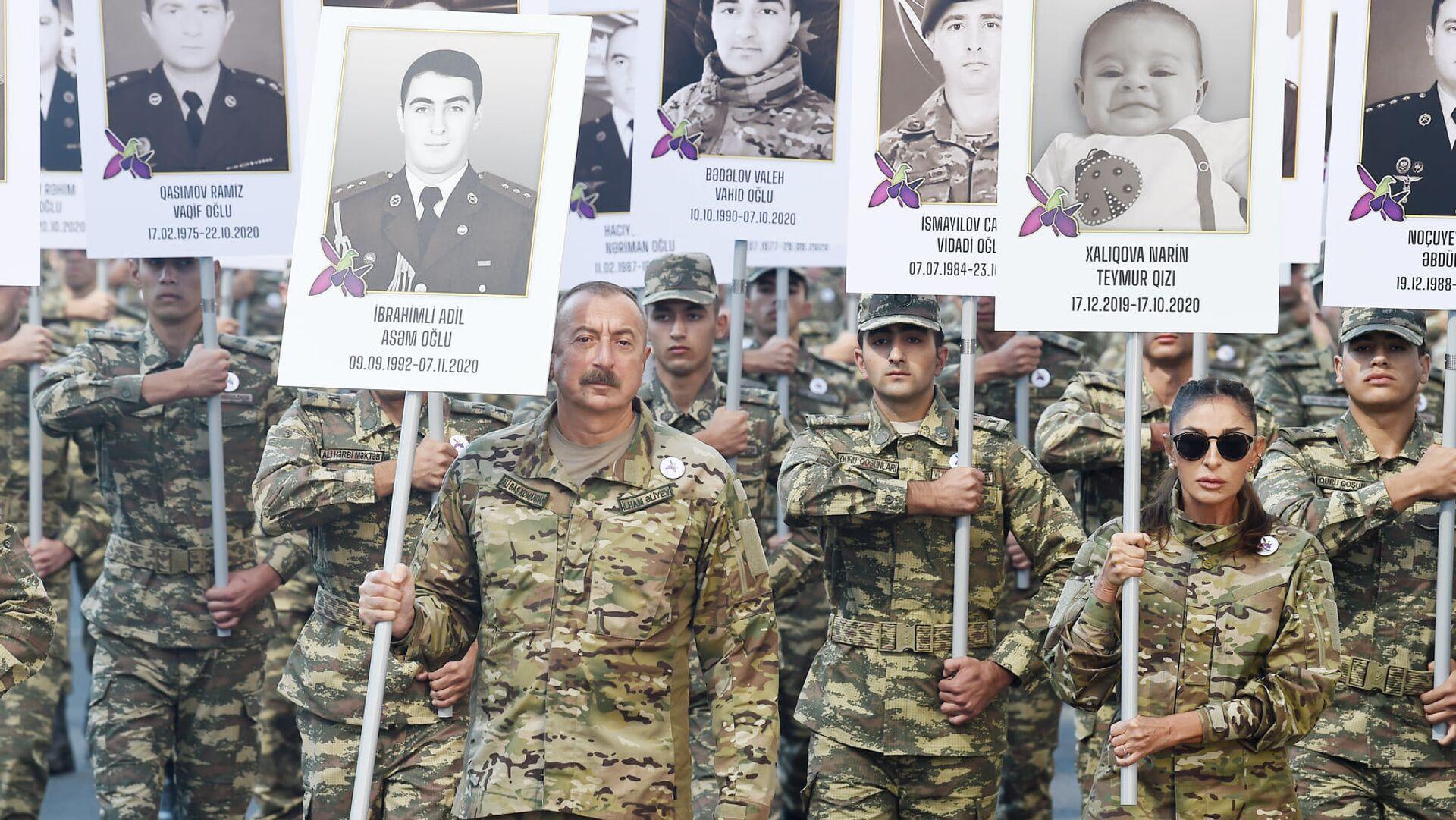 Президент Ильхам Алиев и Первая леди Мехрибан Алиева приняли участие в шествии в Баку в память о погибших в Отечественной войне - Sputnik Азербайджан, 1920, 27.09.2021
