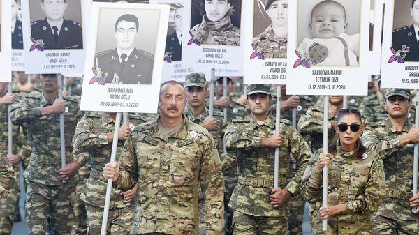 Президент Ильхам Алиев и Первая леди Мехрибан Алиева приняли участие в шествии в Баку в память о погибших в Отечественной войне - Sputnik Azərbaycan