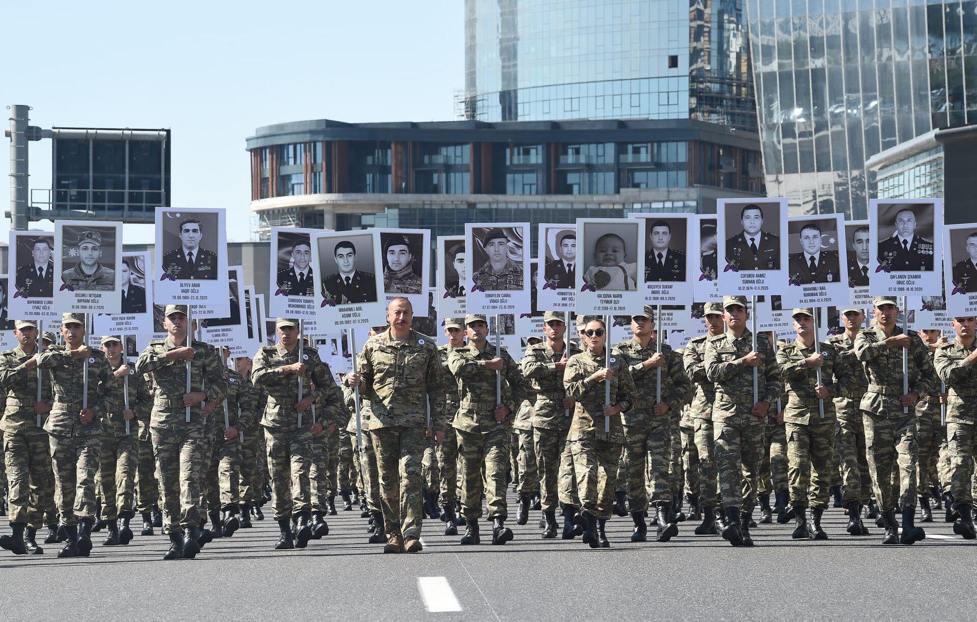 Президент Ильхам Алиев и Первая леди Мехрибан Алиева приняли участие в шествии в Баку в память о погибших в Отечественной войне - Sputnik Азербайджан, 1920, 01.10.2021