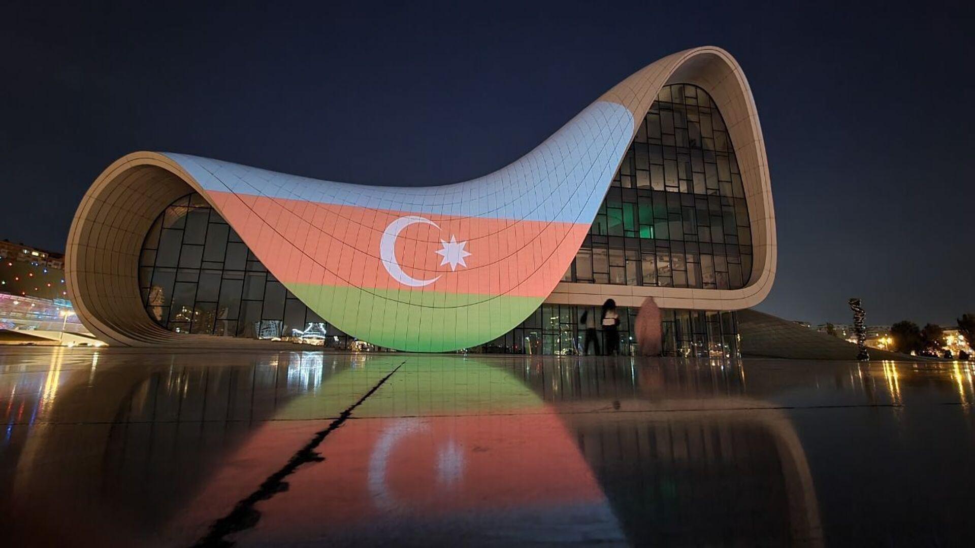 Alov qüllələri üzərində Azərbaycan bayrağının rəngləri proyeksiya olunub - Sputnik Азербайджан, 1920, 27.09.2021