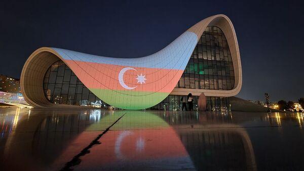Alov qüllələri üzərində Azərbaycan bayrağının rəngləri proyeksiya olunub - Sputnik Azərbaycan